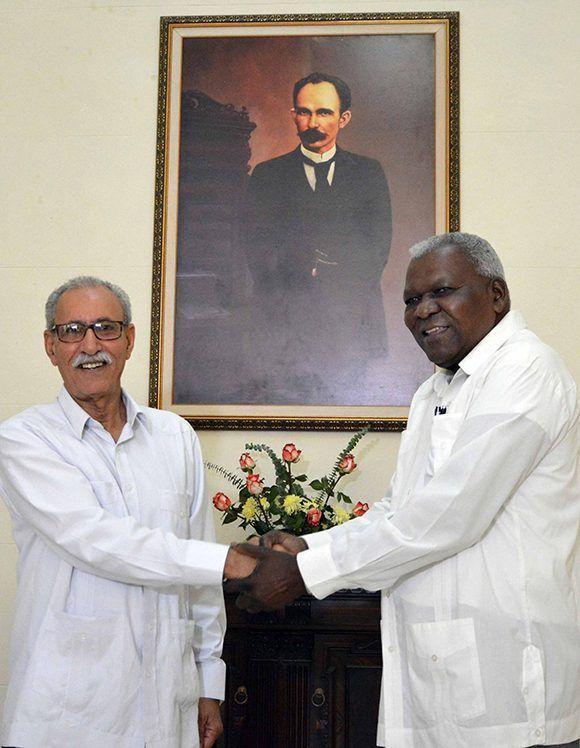 El diputado Esteban Lazo Hernández (D), presidente de la Asamblea Nacional del Poder Popular (ANPP), recibe a Brahim Ghali, presidente de la República Árabe Saharaui Democrática, en el Capitolio Nacional, sede institucional de la ANPP, en La Habana, Cuba, el 2 de junio de 2017. Foto: ACN/ Tony Hernández.