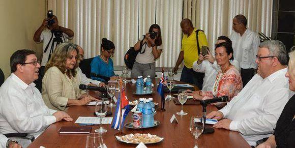 Bruno Rodríguez Parrilla (D), ministro de Relaciones Exteriores de Cuba, recibió a Gerry Brownlee, ministro de Relaciones Exteriores de Nueva Zelandia, en la sede de la cancillería cubana, en La Habana. Foto: ACN/ Marcelino Vázquez.