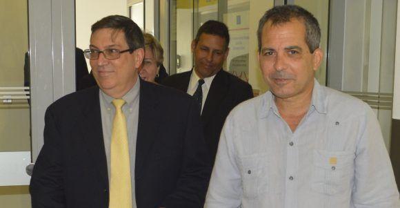 El canciller Bruno Rodríguez junto al Embajador cubano en Austria Juan Antonio Fernández, a su llegada a Viena. Foto: EmbaCuba Austria