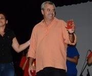 Susely  Morfa González, miembro del Consejo de Estado y primera Secretaria de la Unión de Jóvenes Comunistas (UJC), entrega a  Carlos Alberto Cremata, director de la  Compañía de Teatro Infantil La Colmenita, la medalla 55 Aniversario de la UJC. Foto: ACN FOTO/ Arelys María Echeverría.