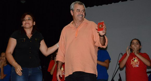Susely Morfa González, miembro del Consejo de Estado y primera Secretaria de la Unión de Jóvenes Comunistas (UJC), entrega a Carlos Alberto Cremata, director de la Compañía de Teatro Infantil La Colmenita, la medalla 55 Aniversario de la UJC. ACN FOTO/ Arelys María Echeverría.