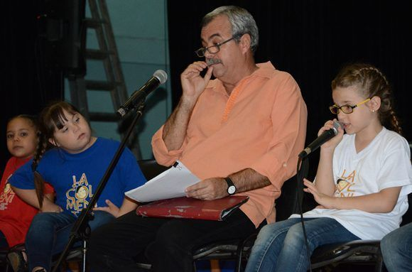 Carlos Alberto Cremata junto a integrantes de La Colmenita. Foto: ACN FOTO/ Arelys María Echeverría.
