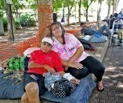 Carmela Batista con su hija Ana Batista viven en el parque Stranahan, frente a la biblioteca pública de Fort Lauderdale. Foto: The Miami Herald
