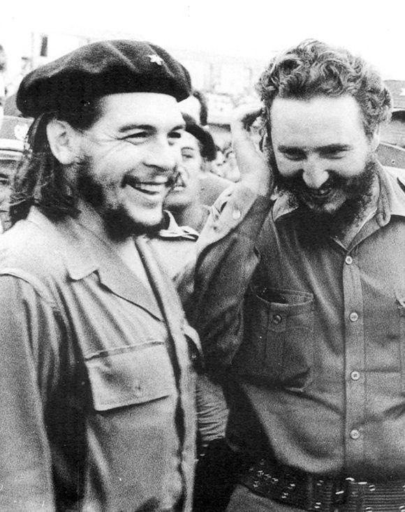 Fidel acude a despedir al Che al aeropuerto, donde sostienen una amena conversación antes de la partida de este en un extenso recorrido por naciones africanas y asiáticas, 12 de junio de 1959. Foto: Raúl Corrales/Fidel Soldado de las Ideas.