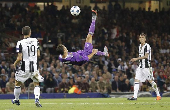 CR7 intenta una chilena. Foto: AFP.