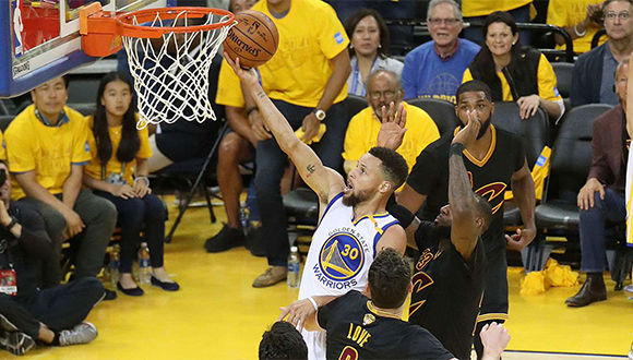 Curry anota en el segundo partido de la final. Foto: @warriors.