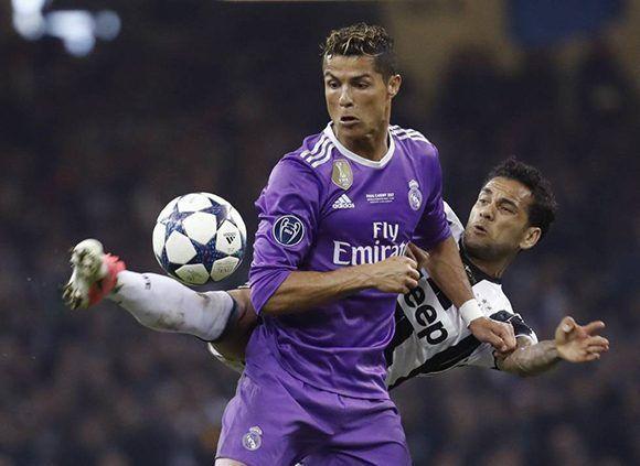 Dani Alves marca a Cristiano Ronaldo durante la final de la Champions. Foto: EFE.