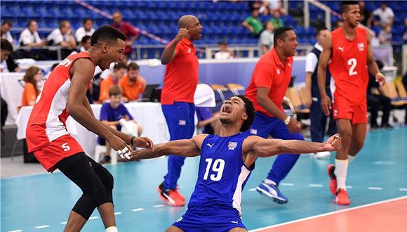 Equipo cubano celebra la victoria ante Irán. Foto tomada del sitio oficial del certamen.