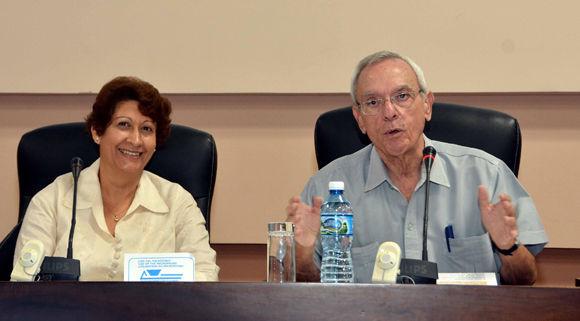 Conferencia magistral del Dr. Eusebio Leal Spengler (D), Historiador de La Habana, en el Primer Taller Internacional de Secundaria Básica, a su lado la  Dr C. Ena Elsa Velázquez Cobiella, ministra de Educación de Cuba. Foto: ACN/ Marcelino Vázquez.
