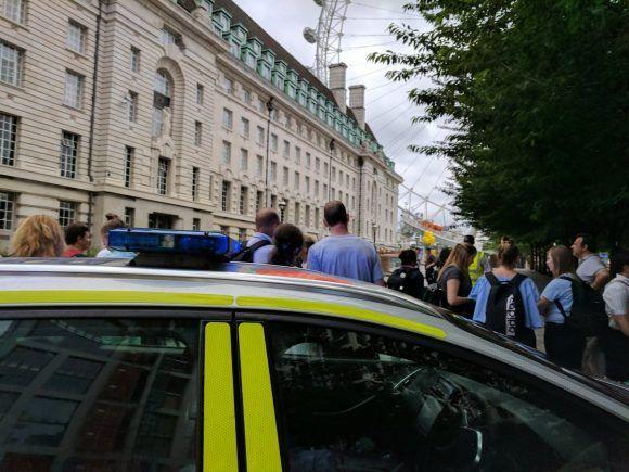 Evacúan zonas aledañas al London Eye luego de descubrimiento de bomba. Foto @muga_over.
