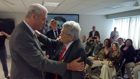 """El destacado intelectual de origen español, Federico Álvarez Arregui, recibió la medalla """"Haydeé Santamaría"""" que otorga el Consejo de Estado de Cuba. Foto: Embajada de Cuba en México."""