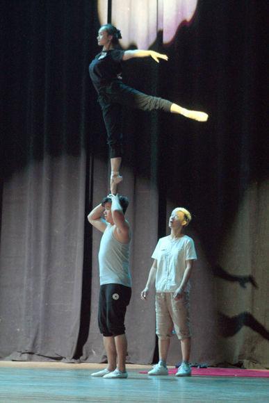 """Tiempo de acrobacias en el ensayo de la obra """"Bello Tianjin"""", en el Teatro Nacional. Foto: Daylén Vega / Cubadebate"""