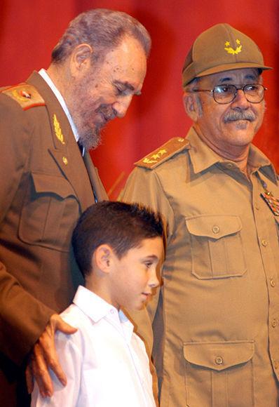 El Comandante en Jefe con Elián González en el Acto Político-Cultural por el 45 Aniversario de la Revolución en el año 2004.Foto:FranklinReyes