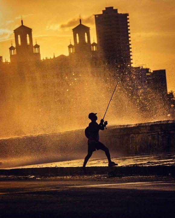 Pescando en el Malecón al atardecer. Foto: Desmond Boylan (Tomada de su pagina de Facebook)