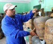 Funcionarios de Cupet aseguran que hay balitas para todos los que las soliciten, y gas, producido por la empresa mixta Elf-GasCuba S.A. de Santiago de Cuba. Foto: Leonel Escalona Furones/ Venceremos.