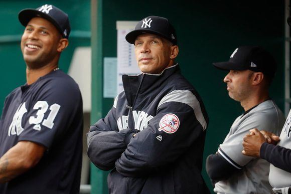 Joe Girardi (centro), manager de los Yankees, cree que la regla anti colisiones provoca más lesiones. Foto: John Minchillo/ Associated Press.