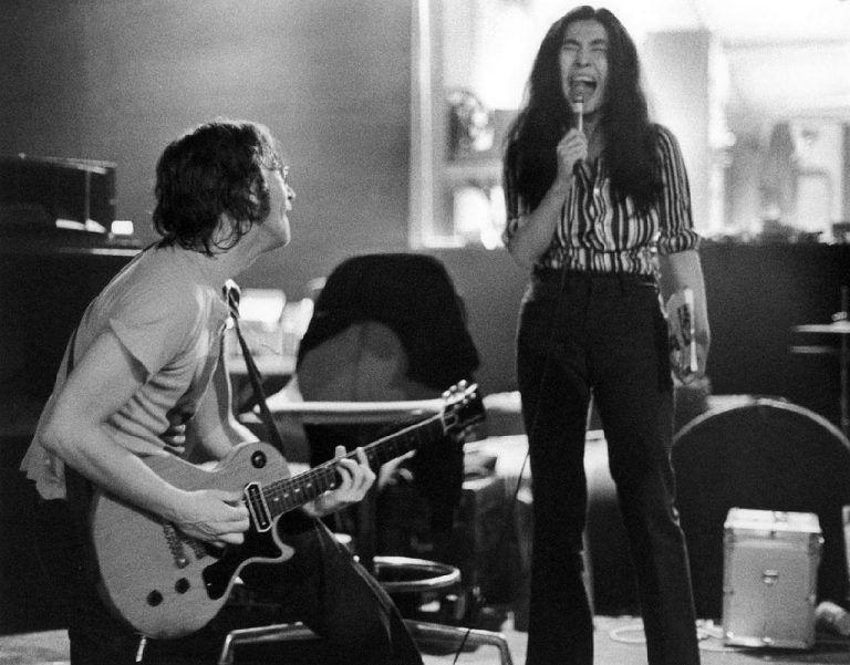 Jhon Lennon y su esposa