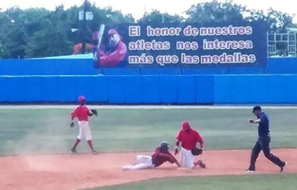Momento del partido Santiago-Villa Clara. Foto: Katheryn Felipe/Cubadebate.