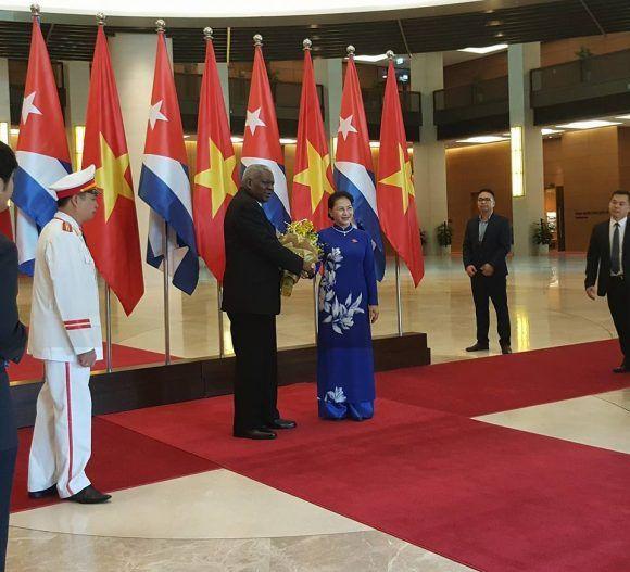La presidenta de la Asamblea Nacional de Vietnam, Nguyen Thi Kim Ngan, recibió oficialmente al Presidente de la Asamblea Nacional del Poder Popular de Cuba, Esteban Lazo Hernández. Foto tomada del perfil en Facebook del embajador cubano en Vietnam, Herminio López Díaz.