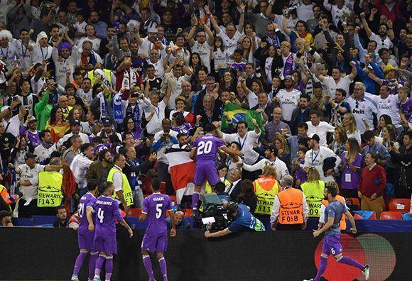 Marco Asensio celebra el cuarto gol junto a los aficionados del Real Madrid. Foto: AFP.