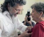 Luisa Campuzano recibe la medalla Alejo Carpentier de manos del Ministro de Cultura, Abel Prieto. foto: Daylén Vega / Cubadebate