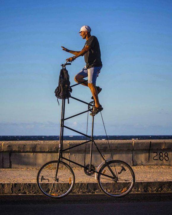 MI amigo Felix con su bicicleta en el Malecón de La Habana. Foto: Desmond Boylan (Tomada de su pagina de Facebook)