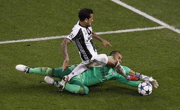 Navas detiene a Alves en uno de los pocos ataques de la Juve en la segunda mitad. Foto: Reuters.