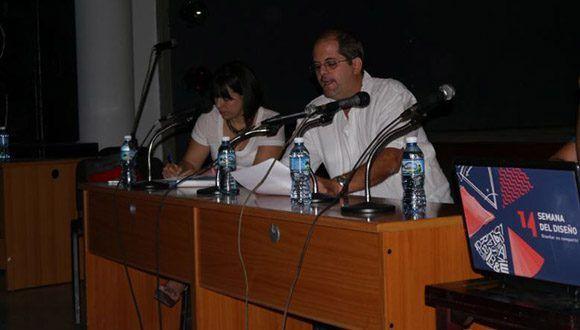 Ernesto Niebla durante su intervención en el panel sobre gestión de marcas, organizado como parte de la XIV Semana del Diseño en Cuba. Foto: ONDi.