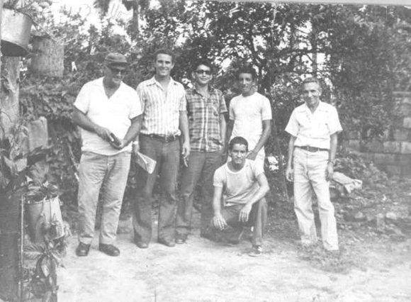 Primitivo de pie, segundo a la derecha. Foto cortesía del autor.