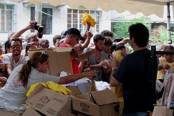 El quiosco donde se vendían los pulóveres de los Beatles estuvo abarrotado hasta el último momento. Foto: Cinthya García Casañas/ Cubadebate.