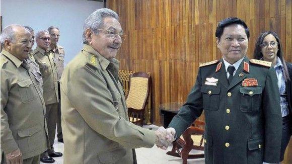 raul-y-el-ministro-de-defensa-de-viet-nam-580