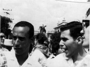 Rolando Rodríguez con Fernando Martínez Heredia en la plaza en 1966. Imagen tomada de Dialogar, dialogar.