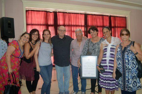 Silvio junto al equipo de Ojalá tras recibir el Doctorado Honoris Causa de la Universidad de las Artes. Foto: Marianela Dufflar / Cubadebate