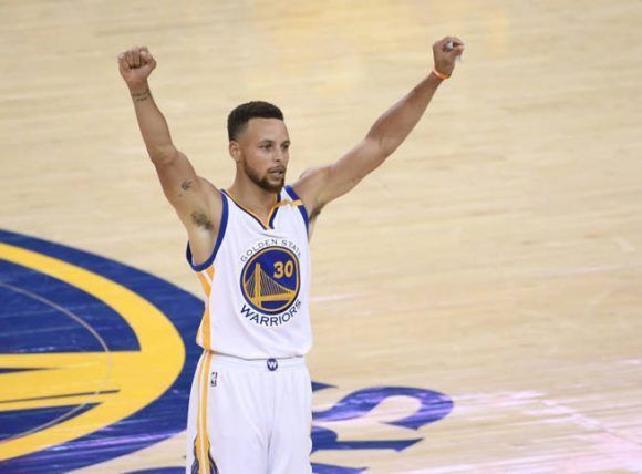 Stephen Curry cerró la final con 34 puntos, 10 asistencias y 6 rebotes. Foto. Reuters