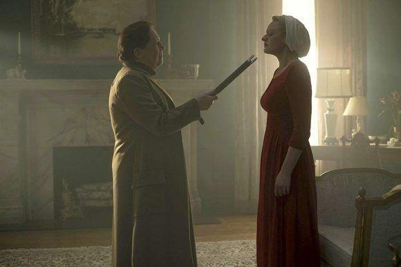 Las amenazas corporales son recurrentes cuando las criadas olvidan sus normas básicas de comportamiento. Foto: Hulu.