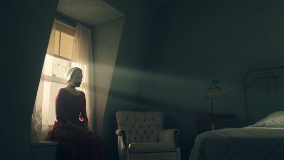 La sobriedad en las escenas y un acertado uso de la luz aportan realce y matices a esta producción. Foto: Hulu.