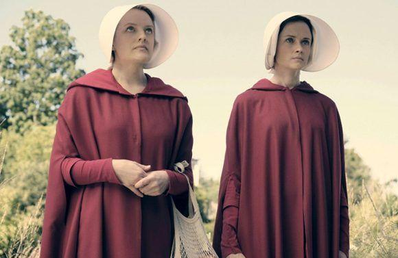 Todos los elementos que rodean a estas criadas funcionan como símbolos de su sumisión. El reglamentario vestido rojo, la cofia, la obligación de salir en parejas para vigilarse unas a otras, resultan buenos ejemplos. Foto: Hulu.