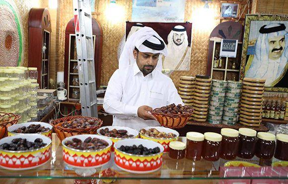 Un comerciante vende dátiles y miel en una tienda de Doha, la capital de Qatar. Foto: AFP.