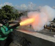 """Lanzamientos de morteros en lo que los principales medios de comunicación privados llaman """"manifestaciones"""" contra """"el dictador Maduro"""". Foto: AP."""