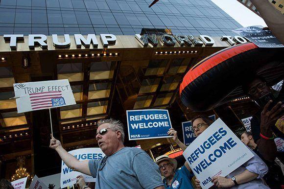 Una protesta ante la Trump World Tower en Nueva York. Foto: AFP.