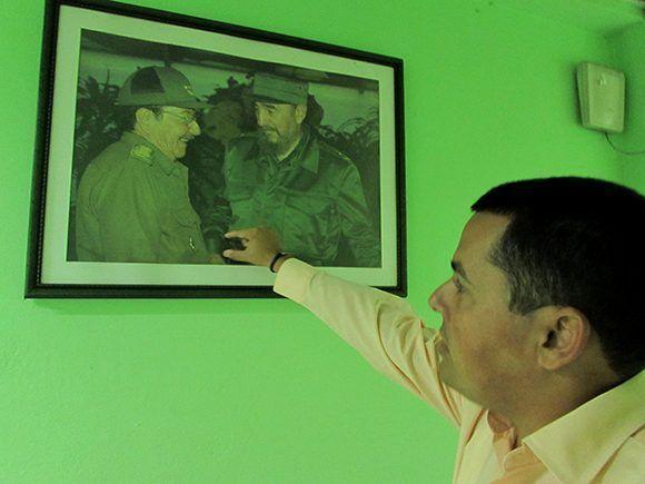 Víctor identifica por el modo de los puños y la forma de la camisa una foto de Fidel correspondiente al 2 de diciembre de 2001, en el acto por el 45 aniversario del desembarco del Granma, en una revista militar en Santiago de Cuba. Además agrega que la foto fue hecha en el momento en que Fidel entrega a Raúl una medalla conmemorativa a la fecha. Foto: Cinthya García Casañas/Cubadebate.