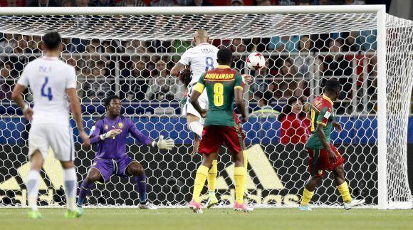 Vidal anota el primer gol de Chile ante Camerún. Foto: AP.