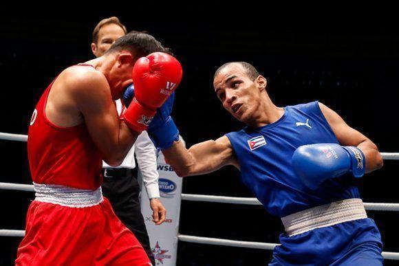 Artid Raroengmaemoei (rojo), de Tailandia, combate en 52 kg frente a Frank Zaldívar, de Cuba, durante la semifinal del 46 Torneo Internacional de Boxeo Giraldo Córdova Cardín, que tuvo lugar en el coliseo de la Ciudad Deportiva de La Habana. Foto: Calixto N. Llanes/ JIT