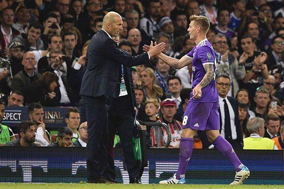 Zidane sustituyó a Toni Kroos por Álvaro Morata en los últimos minutos. El francés es el primer DT que gana dos Champions consecutivas y ¡en sus primeros dos años al frente del Real Madrid! Foto: AFP.