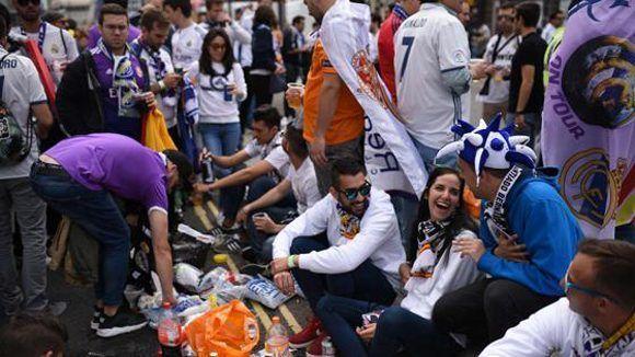 Aficionados del Real madrid en las calles de Cardiff. Foto: AFP.