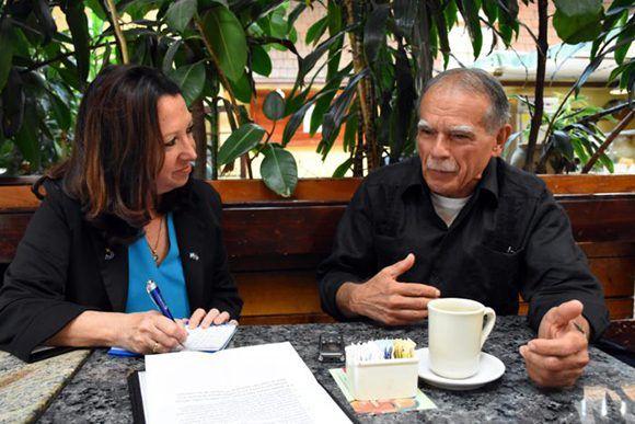 Alicia Jrapko conversa con el independentista boricua. Foto: Bill Hackwell.