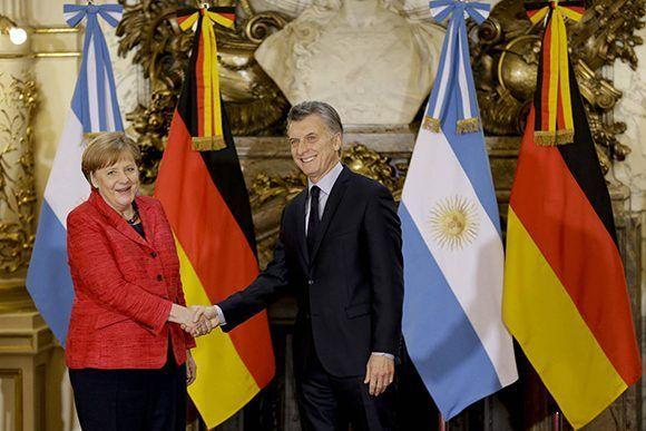 El presidente de Argentina, Mauricio Macri, recibe a la canciller alemana, Angela Merkel. La líder germana hizo declaraciones contra el gobierno de Nicolás Maduro en Argentina. Foto: AP.