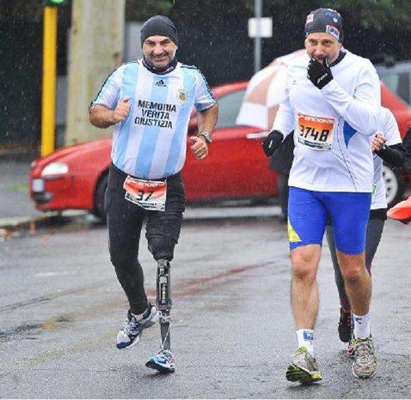 Martín Sharples (izq.) durante una maratón. Foto tomada de girabsas.com