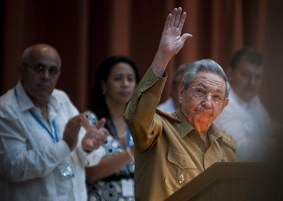 Raúl saluda a la prensa  la Sesión Extraordinaria de la Asamblea Nacional. Foto: Irene Pérez/ Cubadebate.