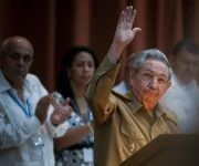 Raúl saluda a la prensa. Foto: Irene Pérez/ Cubadebate.